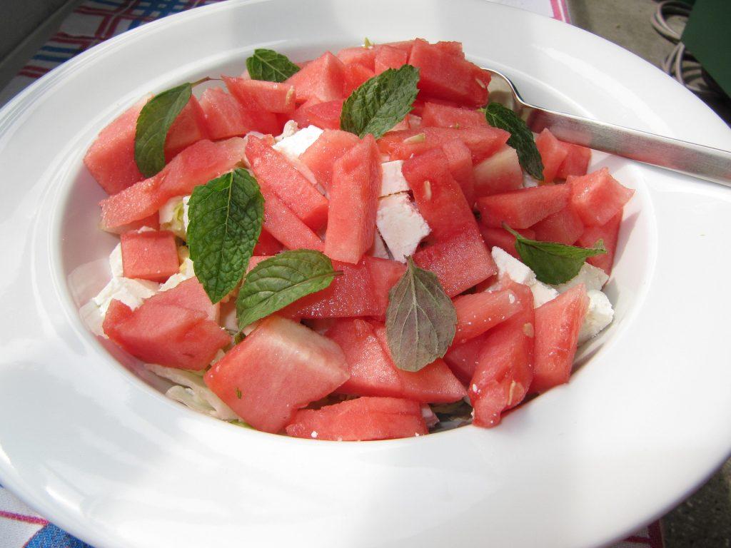 Solata z lubenico je odlična v družbi feta sira