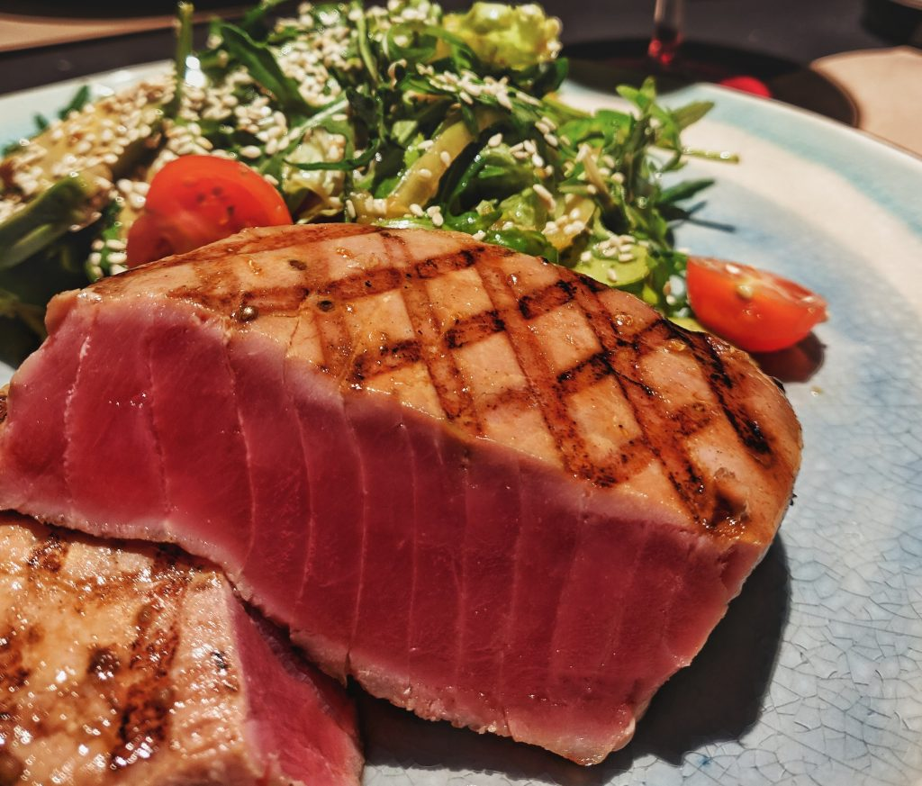 Božični tunin steak s pinjolami